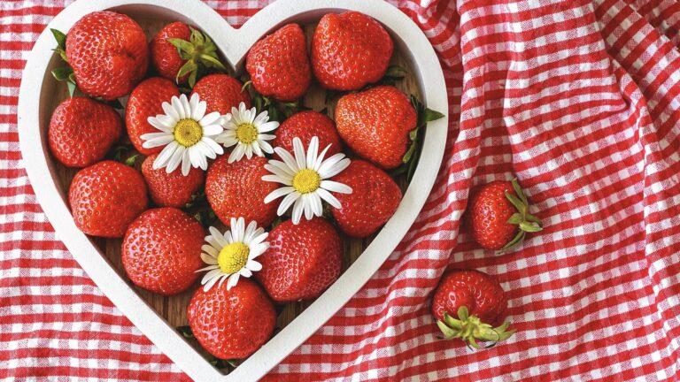 Erdbeerschale in Herzform auf Tischdecke